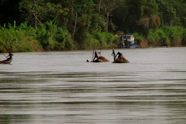 Cameroon Fishing Boats. Photo credit: Jake Stimpson, Flickr 2006, CC-BY2.0.